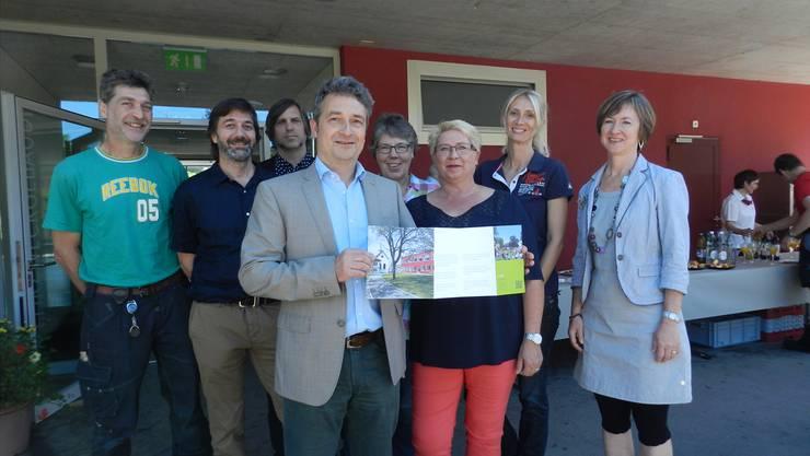 Stiftungsleiter Thomas Bopp (Mitte) präsentiert zusammen mit Mitgliedern der Arbeitsgruppe das Leitbild. Jörg Baumann