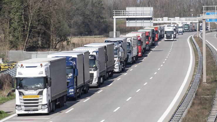 An der Schweizer Grenze waren mehrere Lastwagen mit Schutzmaterial blockiert (Symbolbild).