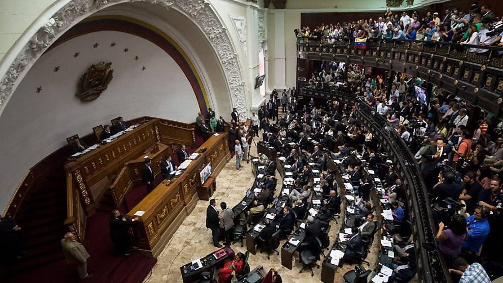 Venezuelas Nationalversammlung in Caracas bei der ersten Sitzung nach der Wahl: Der Oberste Gerichtshof annullierte sämtliche Handlungen des Parlaments, weil es die Vereidigung dreier Parlamentarier für ungültig hält. (Archivbild)