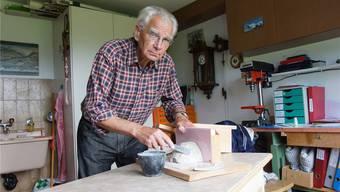 Willi Mosimann arbeitet in seinem Hobbyraum an Nisthilfen für verschiedeneVogelarten. Dominic Kobelt