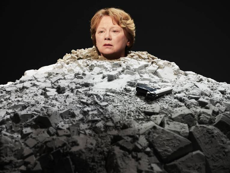 Szene aus Samuel Becketts «Glückliche Tage» in der Inszenierung von Werner Düggelin im Jahr 2015 am Schauspielhaus Zürich.