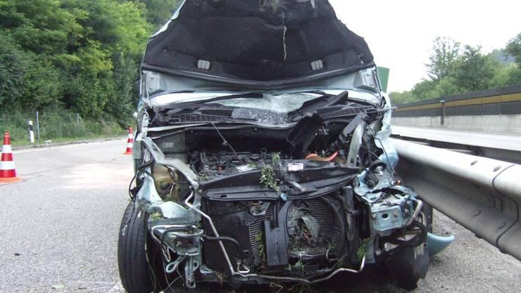 Das Auto prallte in den Wildschutzzaun und wurde danach über die ganze Fahrbahn geschleudert.