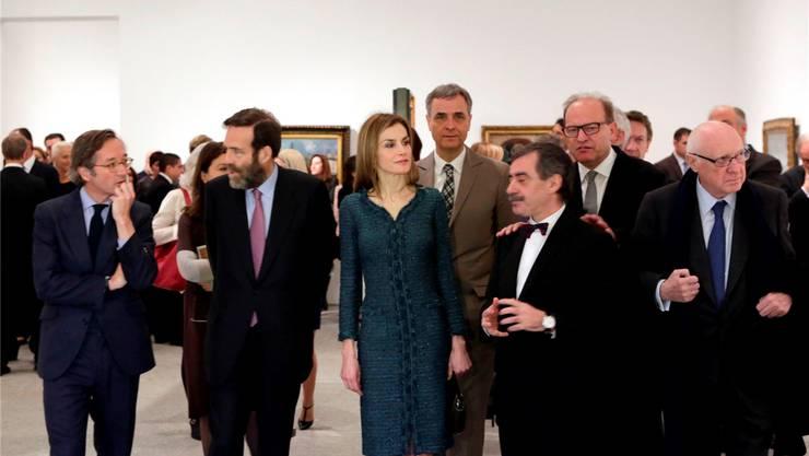 Die spanische Königin Letizia wird mit dem Basler Regierungspräsidenten Guy Morin während der Eröffnungsfeier im Museo Nacional Centro de Arte Reina Sofía vom spanischen Staatssekretär für Kultur José Maria Lassalle (l.) und dem Museumsdirektor Manuel Borja-Villel (3. v. r.) begleitet. Kunstmuseum Basel/Julian Salinas
