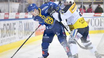 Kampf bis zur letzten Sekunde: Ambris Torschütze Marco Müller (re.) wehrt sich gegen den Davoser Perttu Lindgren