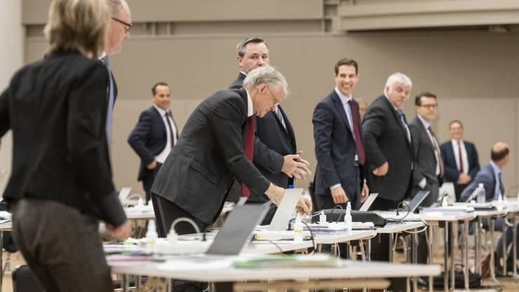 Stehen bedeutet Zustimmung: Mitglieder des Ständerats in der Berner Messehalle während der Sondersession.