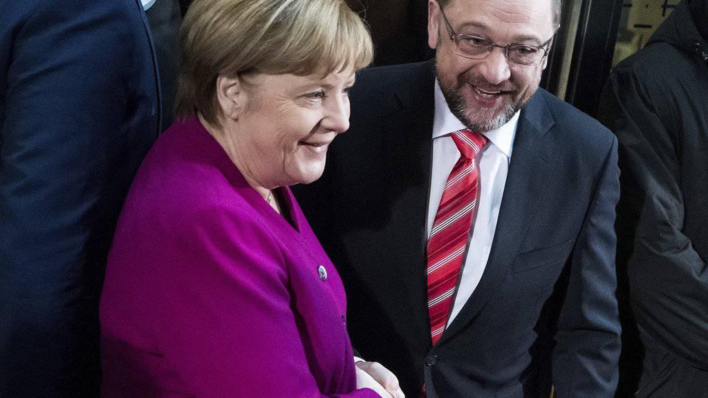 Haben sich vor den Sondierungsgesprächen zuversichtlich gegeben: CDU-Chefin und Kanzlerin Angela Merkel (l) und SPD-Parteichef Martin Schulz (r).