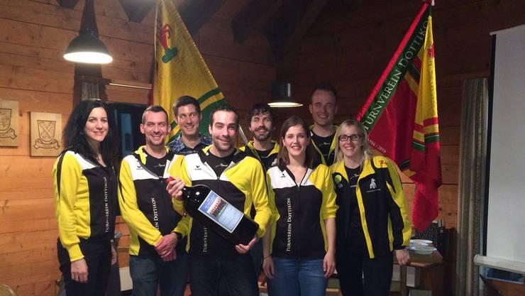Präsident Gabriel Wietlisbach (v. m.) präsentiert mit dem Vorstand des Turnvereins die alte (r.) und neue (l.) Vereinsflagge.