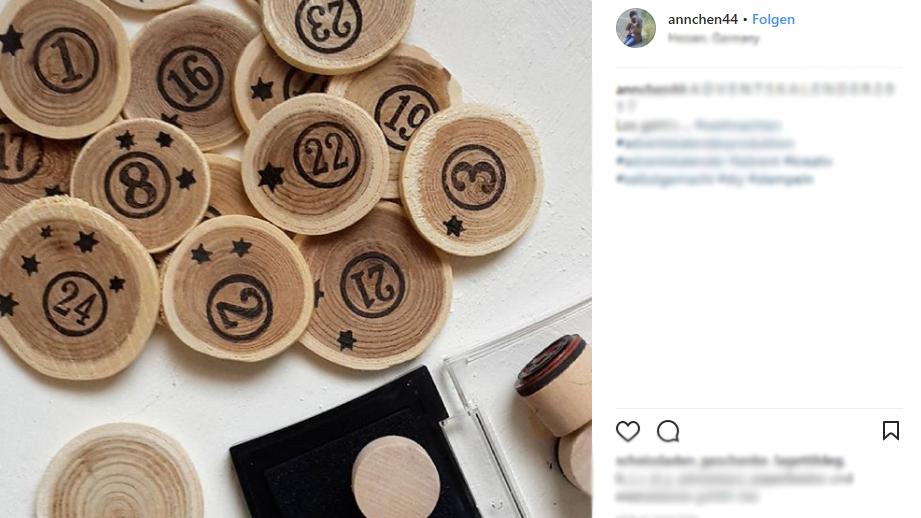 24 Holzscheiben mit Zahlenstembeln (© instagram.com)