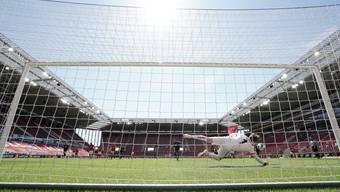 Mainz-Torhüter Florian Müller hält vor leeren Rängen einen Penalty von Nationalspieler Steven Zuber.