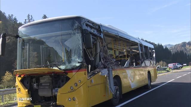 Schwerer Postauto-Unfall: Lastwagen schlitzt Postauto auf