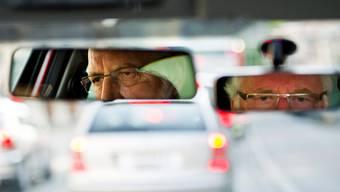 Ab 70 braucht jeder Verkehrsteilnehmer ein Arztzeugnis, das seine Fahrtauglichkeit belegt.Keystone