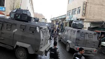 Jordanische Polizisten stehen Wache beim Eingang zur Burg von Karak.