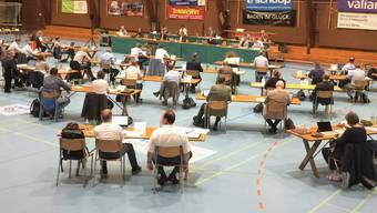 Der Einwohnerat am Dienstagabend in der Sporthalle Aue.