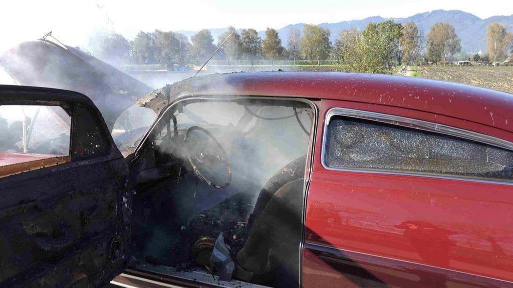 Zwei Autos gehen in Flammen auf