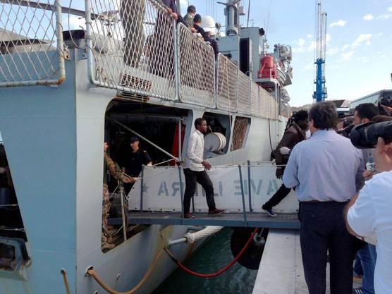 Gerettete Flüchtlinge des gesunkenen Schiffes auf Lampedusa