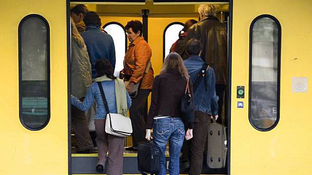 Zugpassagiere brauchen Geduld (Archiv)