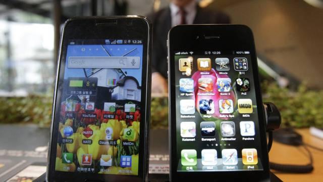 Laut Gericht zu ähnlich: Samsungs Galaxy S (l.) und Apples iPhone 4