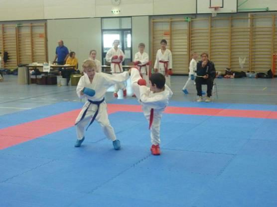Ennio De Prisco (rot) von der Shinsei Kan Karateschule mit vollen Einsatz im Kumite.