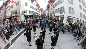 Schottische Klänge von der City of Basel Caledonia Pipe Band mitten auf der frisch sanierten Rathausgasse.Rolf Jenni