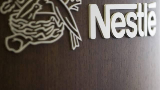 Bei Nestlé lief  am Donnerstagvormittag 40%ige Salpetersäure aus. Zwei Arbeiter mussten zur Kontrolle in den Notfall.