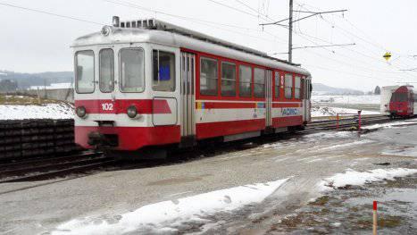 In Rot-Weiss fuhr der Motorwagen 12 der ehemaligen Birsigthalbahn bis 2017 für die Aigle-Monthey-Bahn im Waadtland.