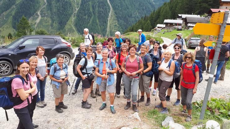 Die aufgestellten Turnerinnen auf der Wanderung von der Lauchernalp zur Fafleralp.