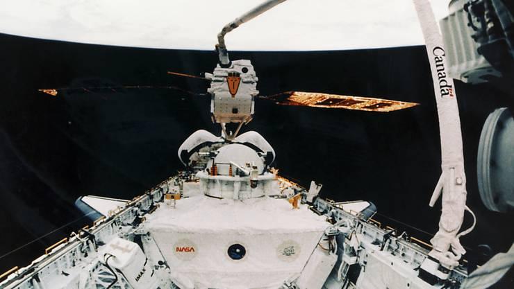 Der Satellit Eureca wurde 1992 von einem Space Shuttle mit Hilfe eines Greifarms ins All ausgesetzt und 1993 wieder eingefangen. Nun will die Empa den im Verkehrshaus der Schweiz in Luzern ausgestellten Trabanten röntgen. (Archivbild)