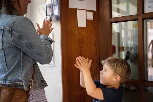 In der Coronakrise entwickeln Familien mit Kleinkindern ganz neue Rituale: Etwa das Händewaschen immer nach dem Heimkommen.