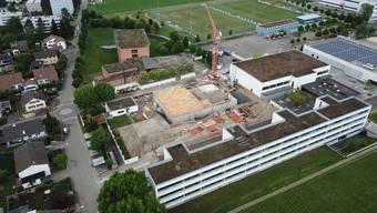 Bis im Juni 2021 soll der Ergänzungsbau im Oberstufenzentrum Steinli erstellt sein.Bild: zvg