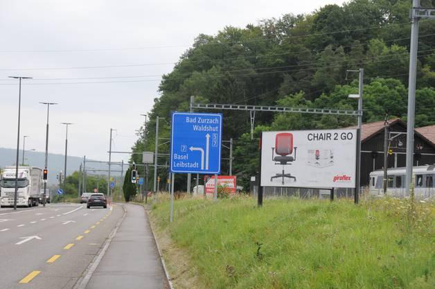 Wenige hundert Meter vom Giroflex-Standort entfernt befindet sich die Grenze zu Deutschland (Waldshut-Tiengen). Ein Drittel der Belegschaft wohnt im deutschen Raum.