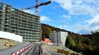 Linkerhand wächst der riesige Bettenhaus-Neubau «Oscar» in die Höhe, das Haus 1 (rechts hinten) soll derweil einer Gesamtsanierung unterzogen werden.