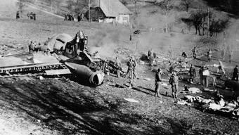 Das Bomberwrack auf dem Feld. Das Bauernhaus steht heute noch.