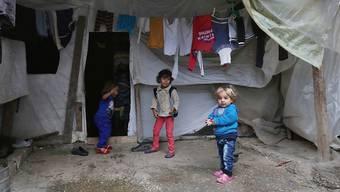 Syrische Flüchtlingskinder spielen vor ihrem Zelt in einem Lager in Jordanien.