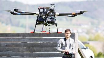 Wegen der Flut von Anfragen zur Nutzung von Drohnen beantwortet das Bundesamt für Zivilluftfahrt in den nächsten Monaten keine entsprechenden Schreiben mehr. (Symbolbild)