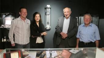 Eröffnung der Sonderausstellung Artax im Uhrenmuseum mit (von links) Kurator Andreas Fluri, Verkaufsleiterin Leila Kamali, Firmengründer Hubert Fluri und Vereinspräsident René Allemann.
