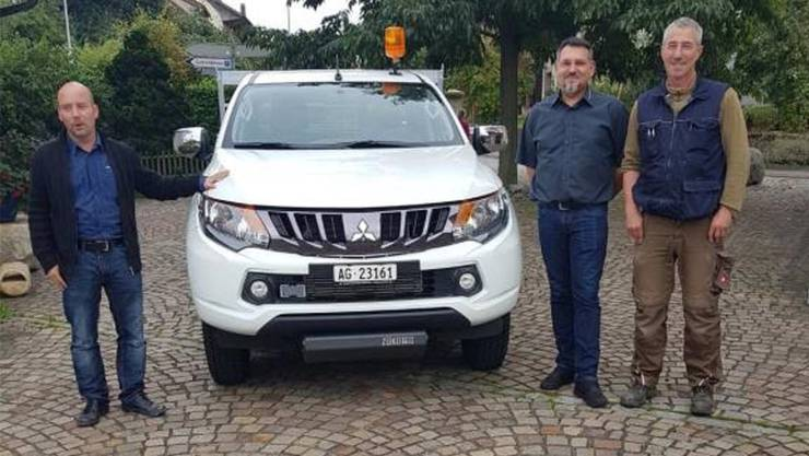 Übergabe des neuen Fahrzeugs (von links): Gemeinderat Lukas Item, Garagist Michael Küng und Bauamtsleiter Rolf Schär. Bild: zvg