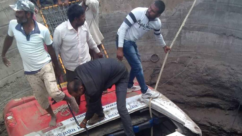 26 Tote bei Sturz eines Busses in Brunnen in Indien