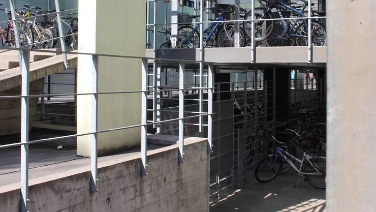 Die Auslastung des Velohauses am Bahnhof ist im Gemeinderat umstritten.