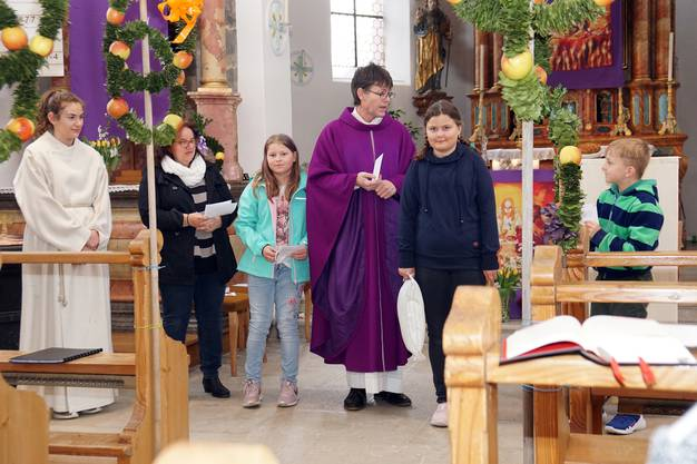 Unterrichtskinder mit Pfarrer und Katechetin