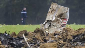 Der Pilot dieses 2015 während eines Trainingsflugs abgestürzten F/A-18-Kampfjets muss sich vor dem Militärgericht in Aarau verantworten. Der Pilot rettete sich mit dem Schleudersitz. (Archivbild)