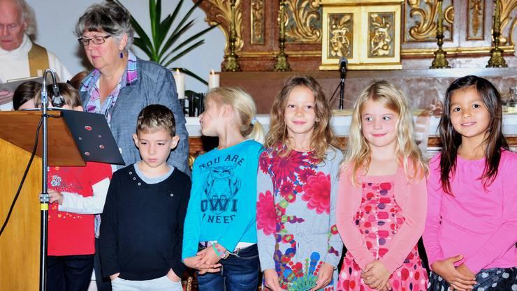 Religionslehrerin Monika Willi mit ihren Erst- und Zweitklässlern.