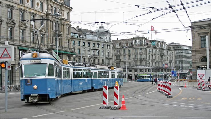 Auf der Linie 13 fährt neu das alte Mirage-Tram. Bild: zvg