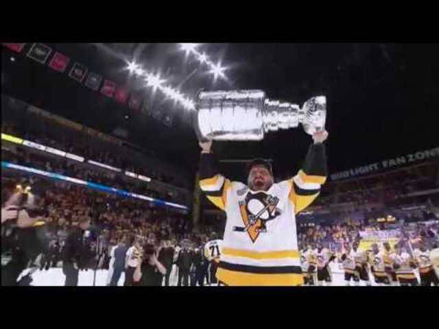 Mark Streit stemmt den Stanley Cup in die Höhe.