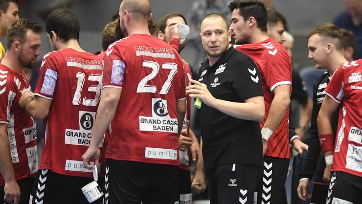 TVE-Trainer Zoltan Majeri (r.) tröstet seine Spieler nach der Schlusssirene.
