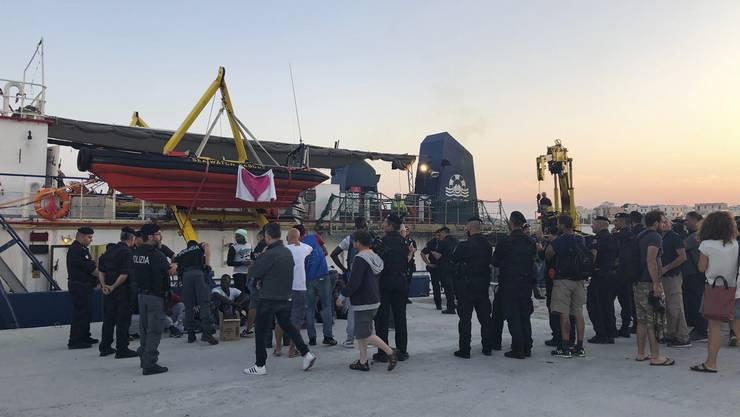 Das Schiff rammte ein Zollboot der italienischen Behörde, das versuchte, es von der Landung abzuhalten.