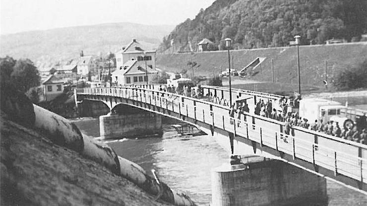 Eine deutsche Sanitätskolonne passiert die Brücke von Waldshut-Koblenz am 24. April 1945.
