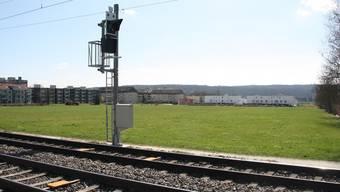 Hier sollen die restlichen zwei Etappen des Wohnparks mit einem viergeschossigen Riegelbau entlang der Bahnlinie realisiert werden.