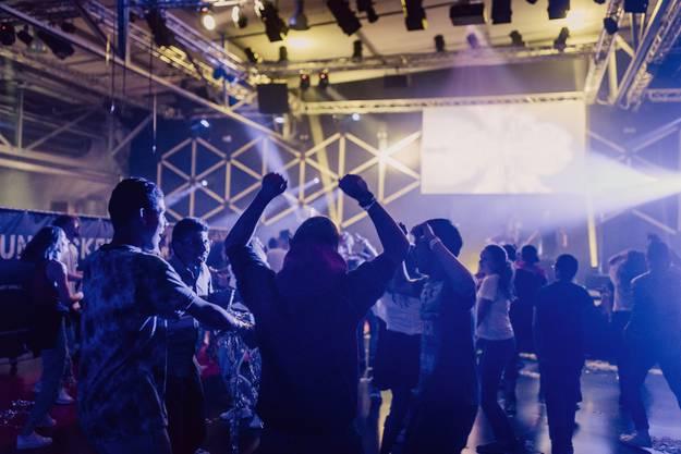Nach dem Gottesdienst vergnügten sich die Jugendlichen in der Lounge oder tanzten an der Afterparty mit DJ.