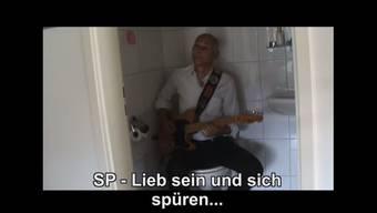 Der Lutz ist ein «verruckter Siech», sagen seine Wähler. Er lässt sich zum Beispiel dabei filmen, wie er auf dem WC Gitarre spielt.