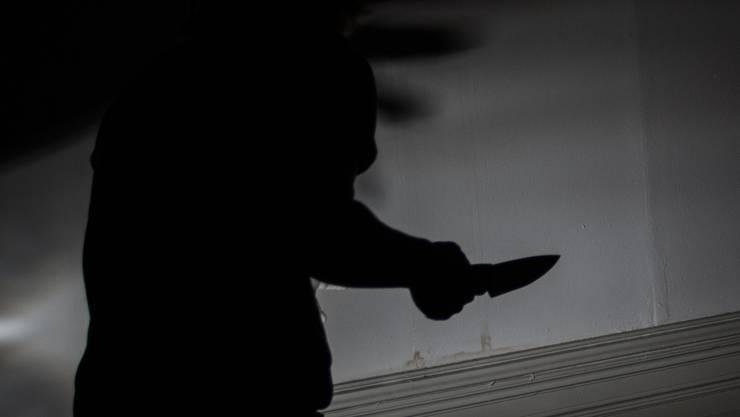 Der hilfsbereite Mann wurde von dem Mann mit dem Messer verfolgt. (Symbolbild)